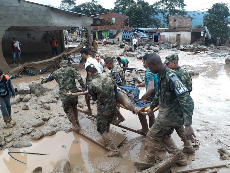 Soldati portano via una vittima della colata di fango