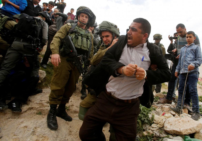 Palestinese arrestato dall'esercito israeliano nel Giorno della Terra