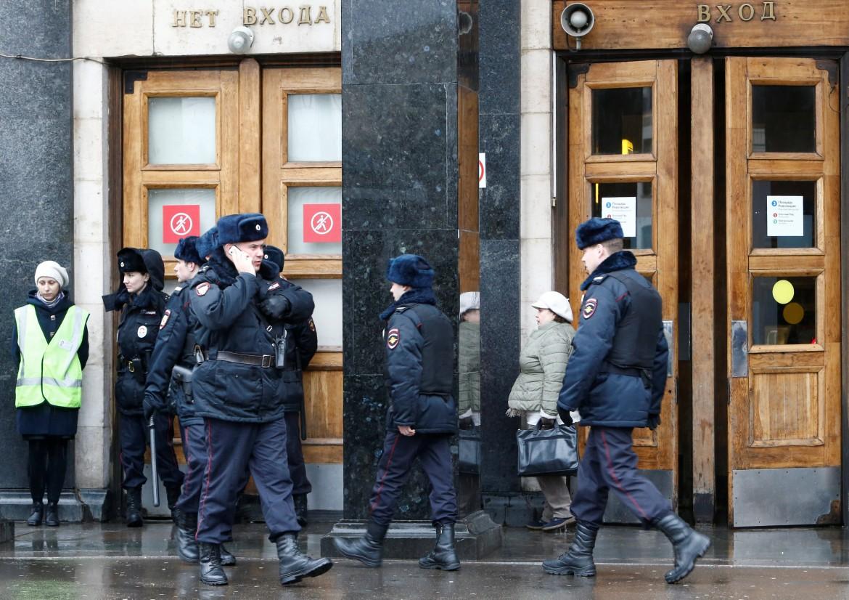 San Pietroburgo, polizia davanti alla fermata della metro Ploshchad Sennaya, sotto l'interno della stazione