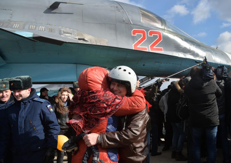 Il primo cacciabombardiere russo di ritorno dalla Siria