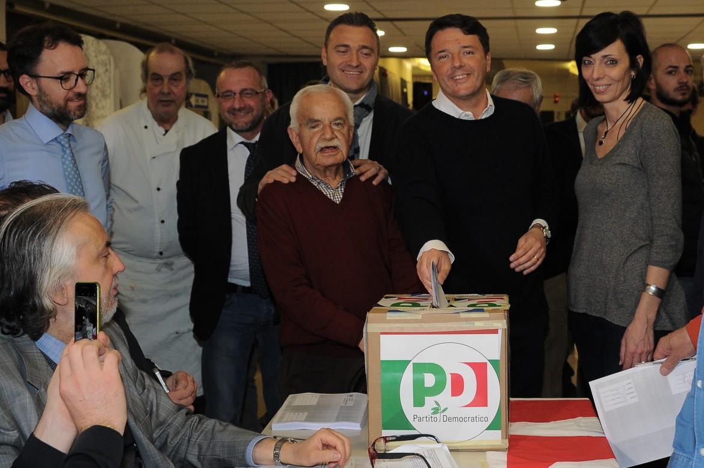 Matteo Renzi al voto per il congresso del Pd al circolo Vie Nuove, sotto Andrea Orlando