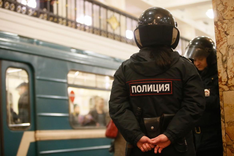 Poliziotti russi nella metro di Mosca