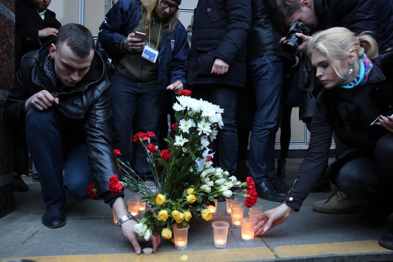 Commemorazione delle vittime dell'attacco di lunedì alla metro di San Pietroburgo