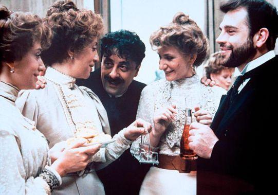 Memè Perlini al centro in una scena de La famiglia di Ettore Scola (1987), sotto alcune delle sue regie e scatti dei '70