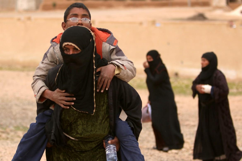Profughi siriani in fuga da Raqqa,