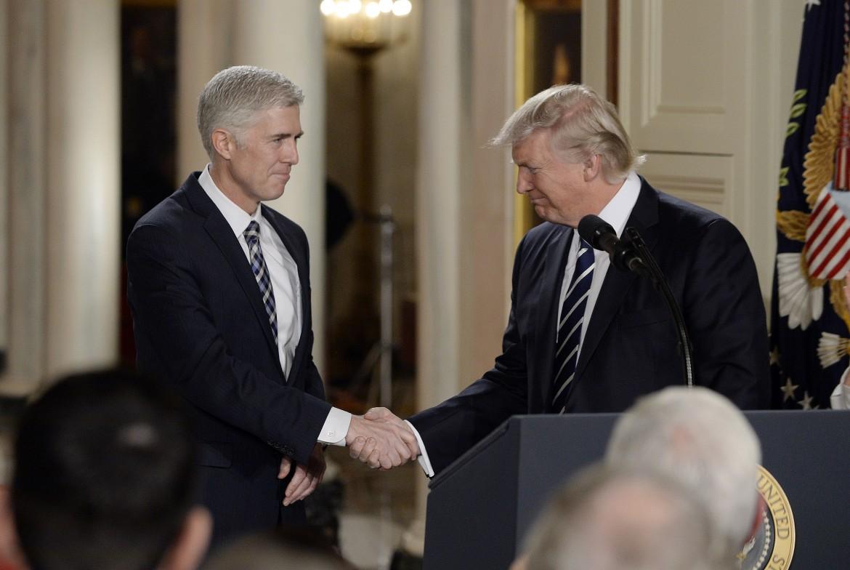 Trump con Neil Gorsuch, il suo candidato alla Corte suprema