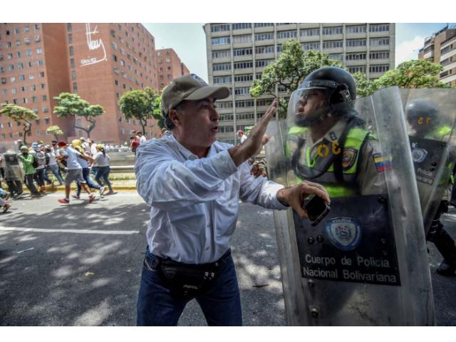 Cacaras, manifestante di opposizione provoca il militare