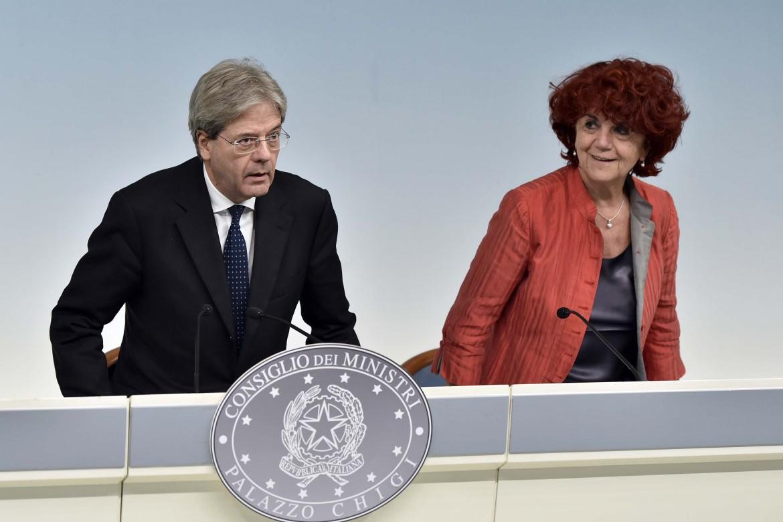 Il premier Paolo Gentiloni e la ministra dell'Istruzione Valeria Fedeli ieri a Palazzo Chigi