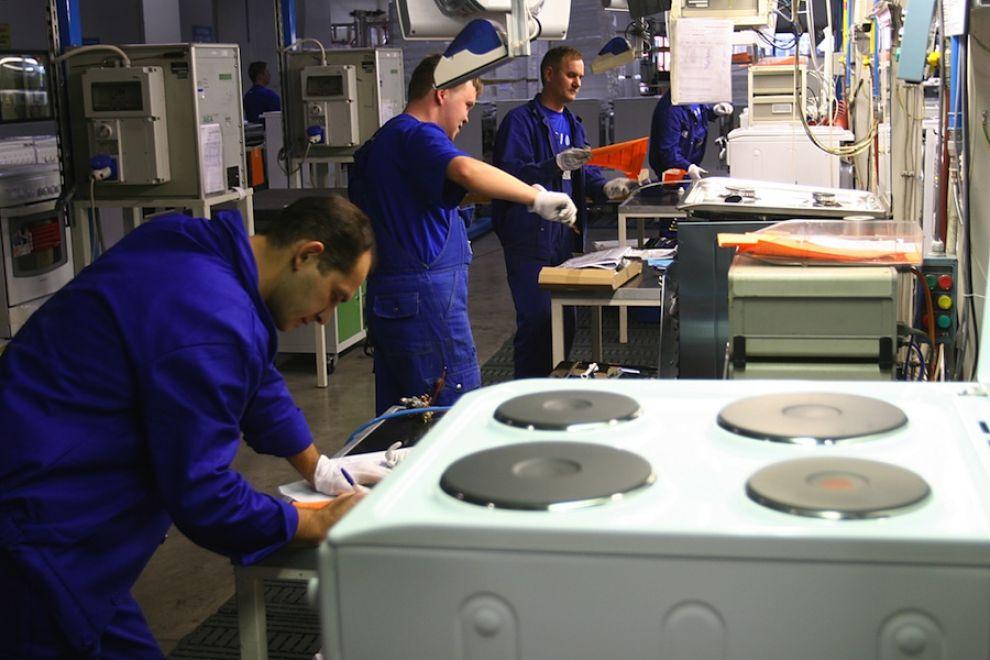 Operai al lavoro in una fabbrica