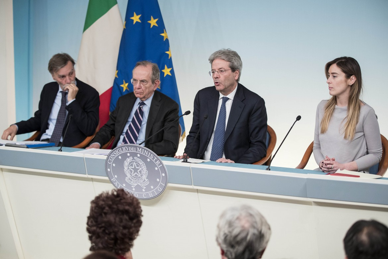 Delrio, Padoan, Gentiloni e Boschi in conferenza stampa dopo l'approvazione del Def