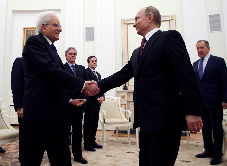 Il presidente italiano Mattarella accolto al Cremlino da Vladimir Putin
