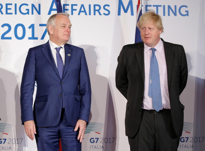Il ministro degli Esteri francese Ayrault e il britannico Johnson al G7