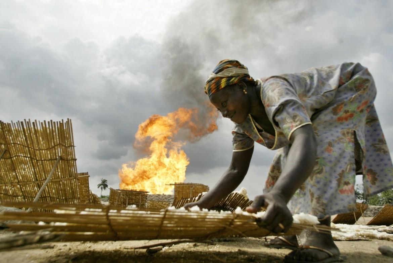 Nigeria, sullo sfondo la stazione Utorogu della Shell