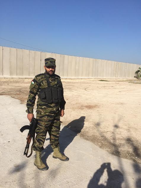 Ain el Hilwe (Sidone). Un combattente di Fatah davanti al Muro costruito dall'esercito libanese