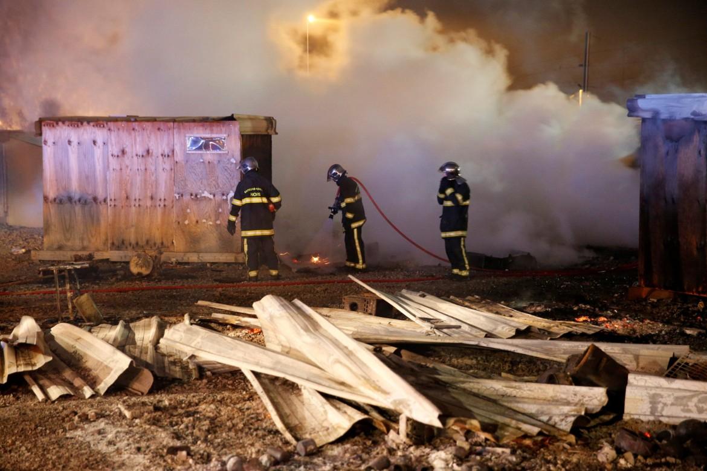 Francia, a fuoco il campo migranti a Grande-Synthe