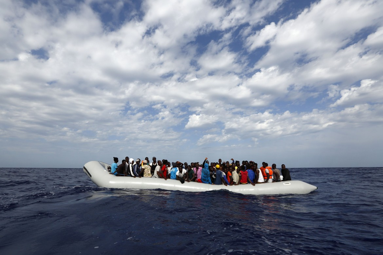 Gommone carico di migranti lungo la rotta del Mediterraneo centrale