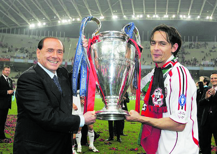 Silvio Berlusconi e Pippo Inzaghi alzano l'ultimo trofeo in Champions del Milan, anno 2007