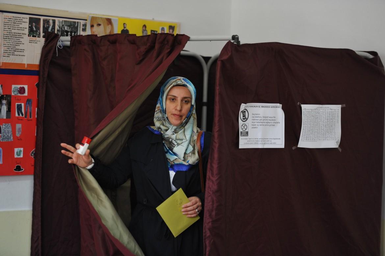 Un'elettrice turca esce dal seggio durante le elezioni parlamentari del giugno 2015