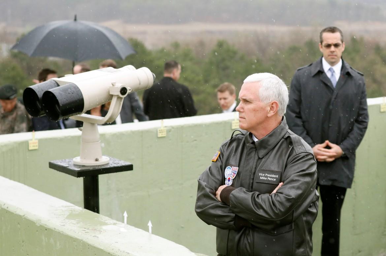 Il vicepresidente Usa Mike Pence in visita ieri in Corea del Sud, scruta la Corea del Nord dal confine «demilitarizzato»
