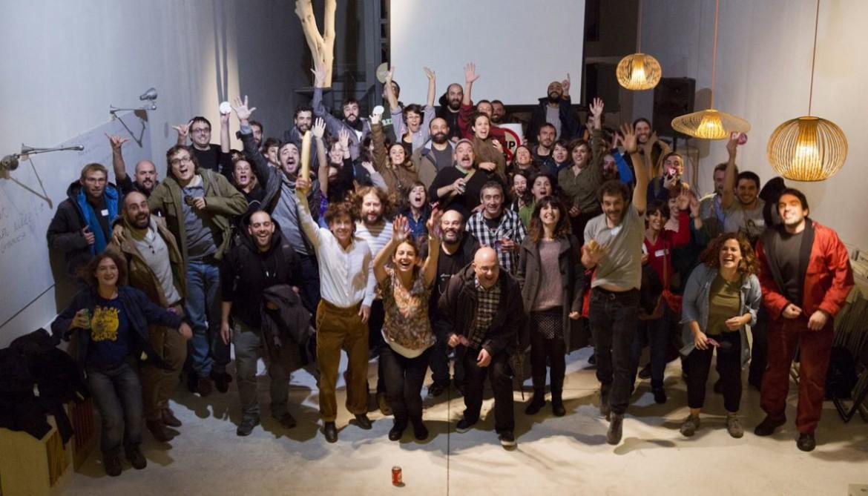 Foto di gruppo per i redattori di «El Salto», piattaforma mediatica di proprietà collettiva appena nata a Madrid