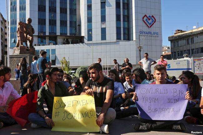 Proteste a Diyarbakir per il licenziamento dei professori curdi
