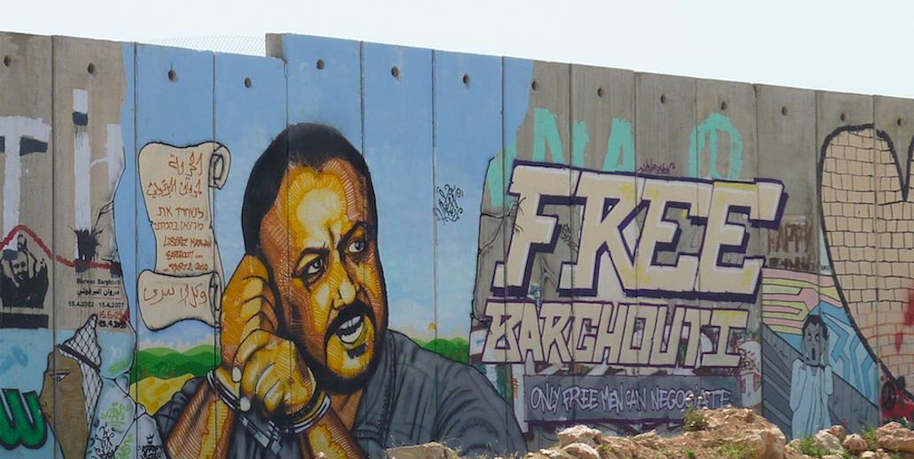 Un murales dedicato a Barghouti lungo il muro tra Ramallah e Gerusalemme