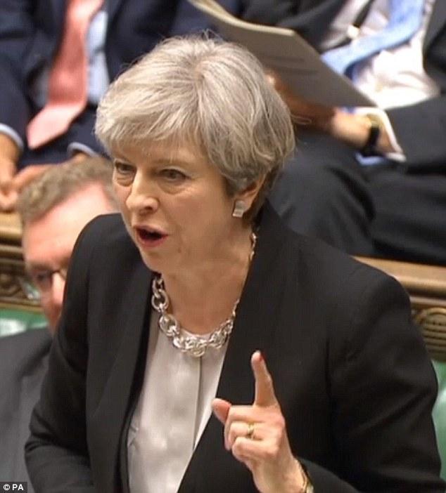 Il discorso di Theresa May alla Camera dei Comuni; sotto la premier scozzese e leader dello Snp Nicola Sturgeon con il capogruppo a Westminster Angus Robertson