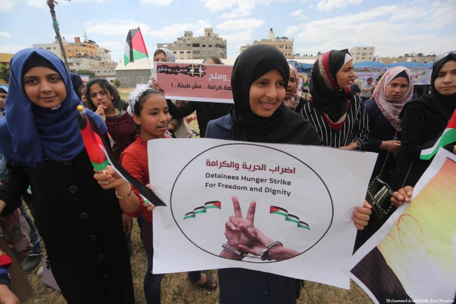 Gaza. Una manifestazione a sostegno di detenuti palestinesi in sciopero della fame (archivio)