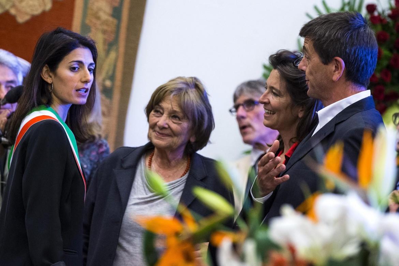 La sindaca di Roma Raggi con la moglie di Valentino, Maria Delfina Bonada, e i familiari alla camera ardente al Campidoglio