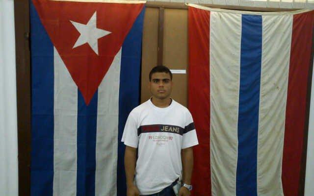 Juan Bautista López Manjarres davanti alla bandiera cubana