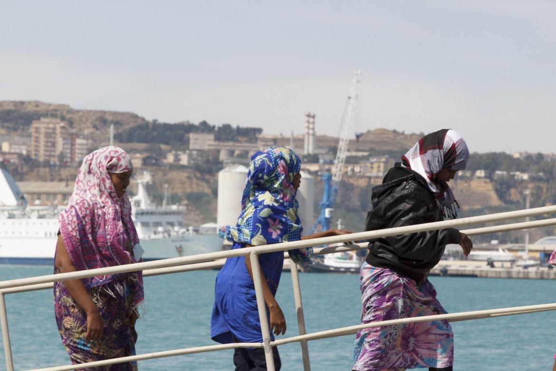 Donne migranti sbarcano a Lampedusa