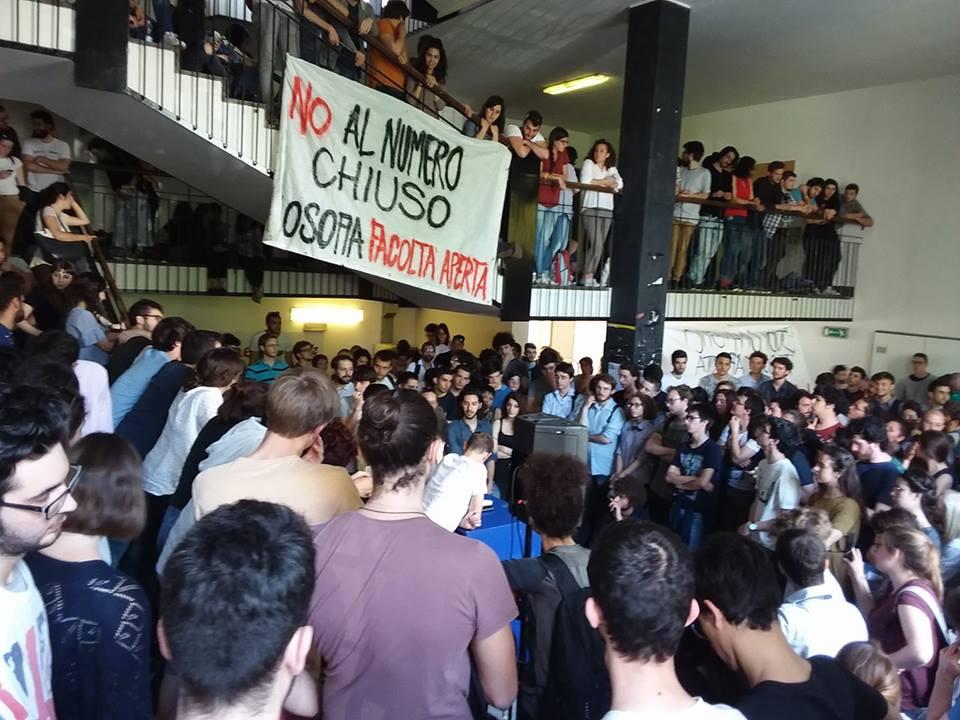 Sit-in di protesta alla Statale di Milano contro il numero chiuso nelle facoltà umanistiche