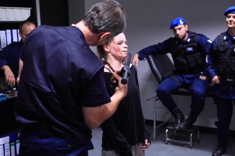 Jennifer Ulrich in una scena del film di Daniele Vicari «Diaz - Non pulire questo sangue» (2012)
