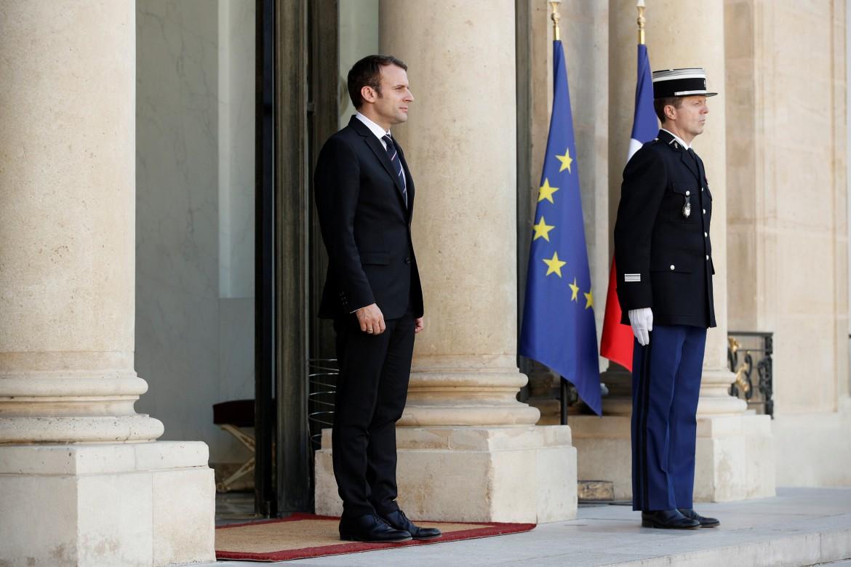 Emmanuel Macron all'Eliseo, sotto un collage dei 18 ministri e 4 segretari di Stato del governo guidato dal premier Edouard Philippe