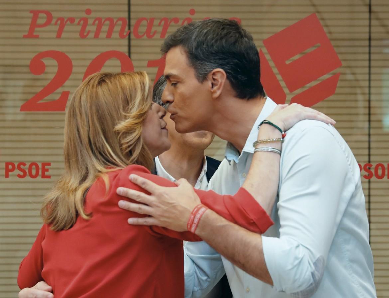Il bacio tra Susana Díaz e Pedro Sánchez
