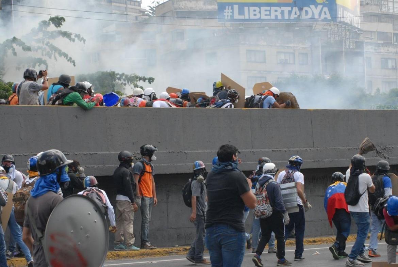 Caracas, gruppi oltranzisti bloccano l'autostrada