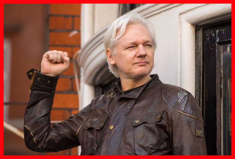 Julian Assange ieri mentre si affaccia dal balcone dell'ambasciata dell'Ecuador