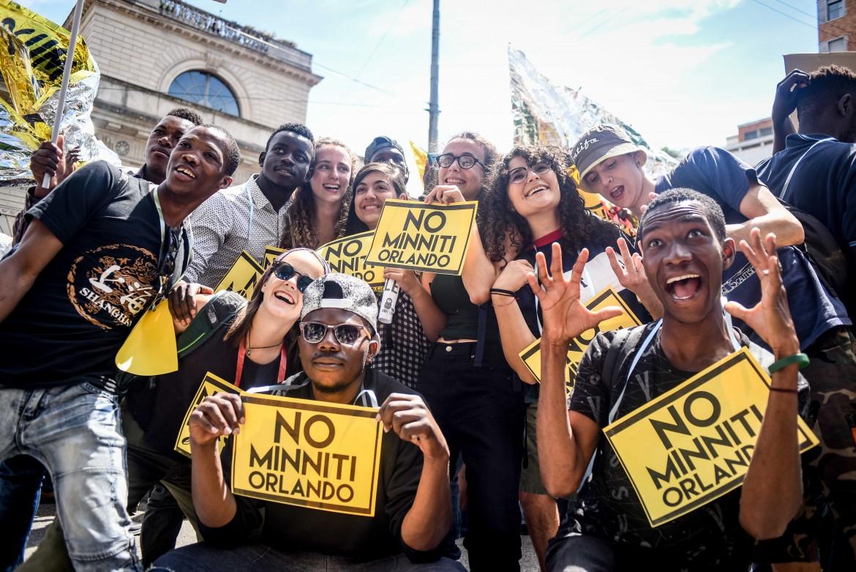 Un momento della parata antirazzista di Milano