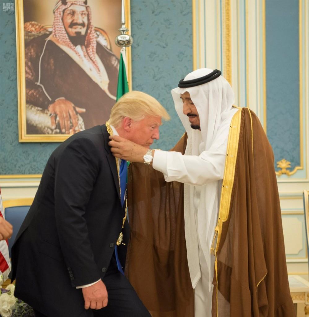 Re Salman offre a Trump la medaglia di Abdulaziz Al Saud