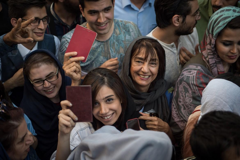 In coda davanti a un seggio di Tehran per votare