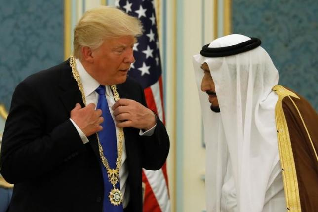 Re Salman dell'Arabia Saudita premia Donald Trump