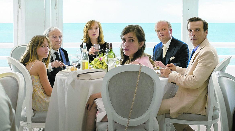una scena dal film di Haneke «Happy End», sotto Nicole Kidman e Colin Farrell in «The Killing of A Sacred Deer»