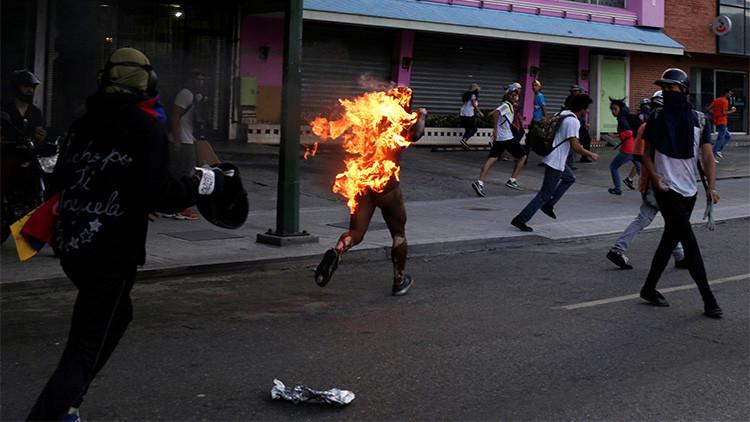 Caracas, il ragazzo in fiamme inseguito dagli oltranzisti