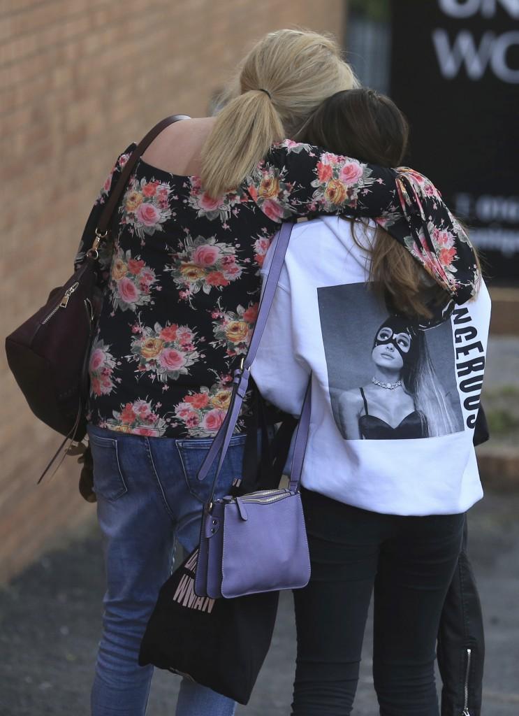 Manchester sopravvissute all'attentato, sotto la veglia ieri sera