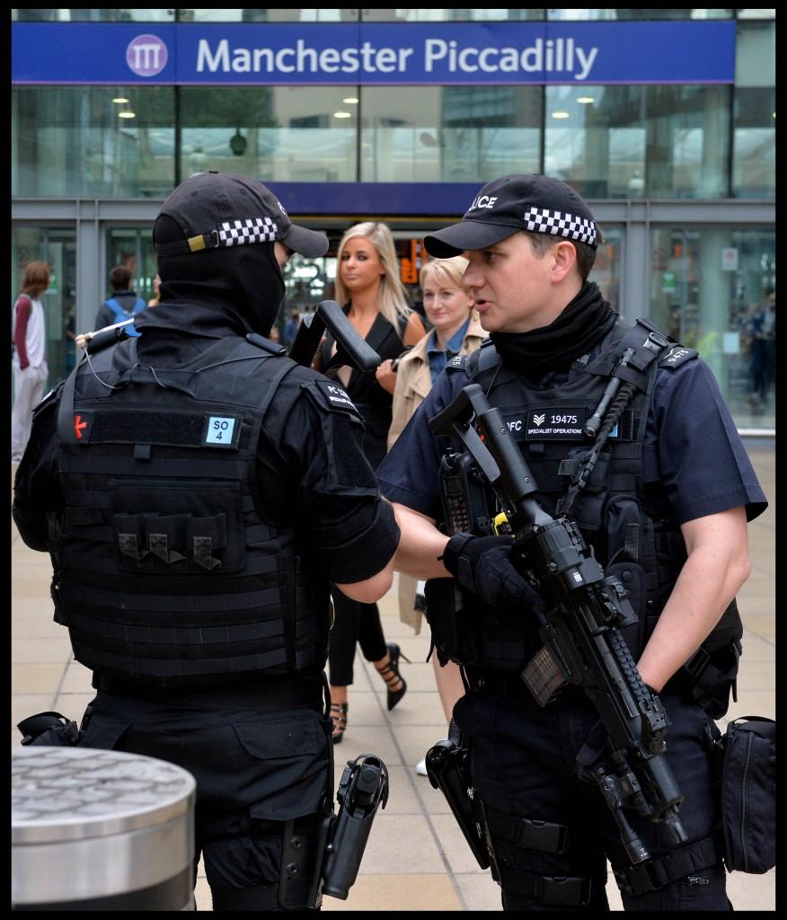 Manchester polizia controlla la stazione; sotto Roger Griffin