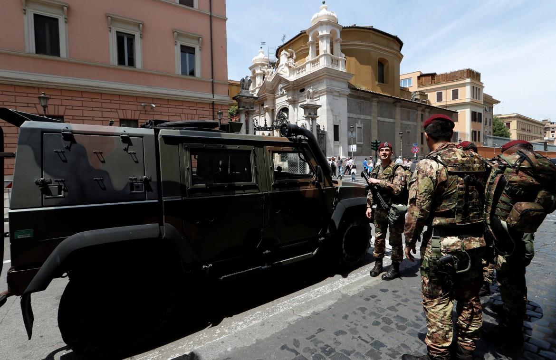L'esercito italiano dispiegato intorno al Vaticano