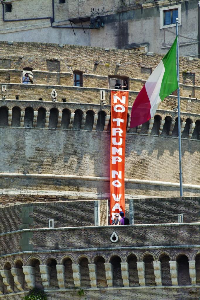 «No Trump» a Castel sant'Angelo a Roma