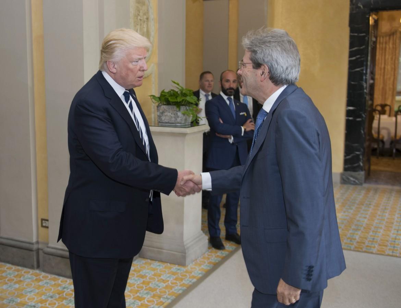 La stretta di mano fra Trump e Gentiloni