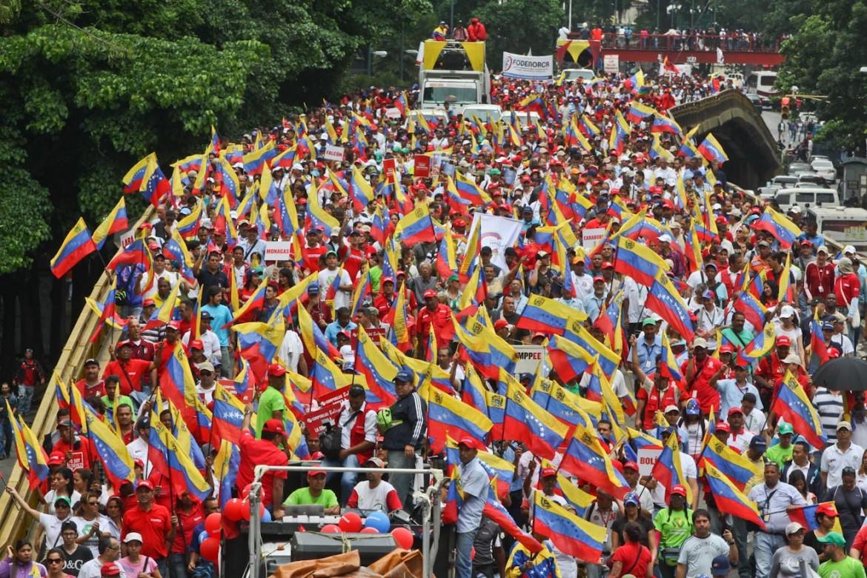 Il popolo chavista accompagna Maduro al Cne