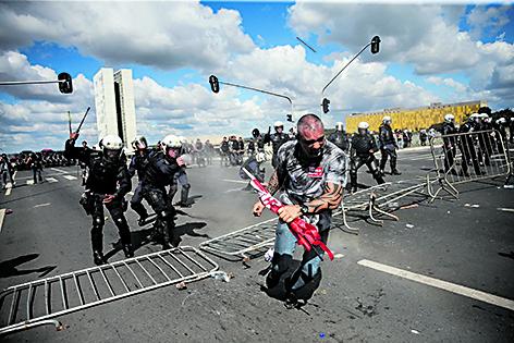 Brasilia, la polizia carica i manifestanti anti Temer sull'Esplanada dei ministeri